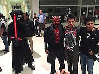 Quer&eacute;taro, Qro. 16 de Diciembre de 2015.- A unos minutos del estreno mundial de la pel&iacute;cula Star Wars, Episodio VII, El Despertar de la Fuerza; los cines de la capital del estado se abarrotan de fans de la saga. <br /> <br /> <br /> Foto: Demian Ch&aacute;vez.