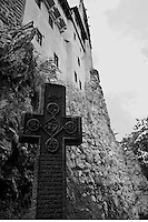 Croce alla base delle mura esterne, croix à la base des murs extérieurs a cross at the base of the exterior walls