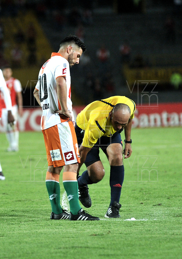 BOGOTA- COLOMBIA – 15-03-2016: Oscar Maldonado, arbitro de Bolivia, durante partido entre Independiente Santa Fe de Colombia y Cobresal de Chile, por la segunda fase de la Copa Bridgestone Libertadores en el estadio Nemesio Camacho El Campin, de la ciudad de Bogota.  / Oscar Maldonado, Bolivian referee, during a match between Independiente Santa Fe of Colombia and Cobresal of Chile, for the second phase, of the Copa Bridgestone Libertadores in the Nemesio Camacho El Campin in Bogota city. VizzorImage / Luis Ramirez / Staff.
