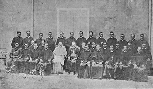 Monseñor Meriño -vestido de blanco- rodeado del Clero Nacional. 3 de mayo de 1906. Revista La Cuna de América