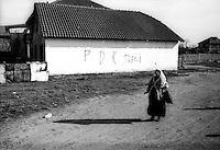 Kosovo Novembre 2000.?akovica (in serbo, in albanese Gjakovë).Scritta su un muro inneggiante al il leader del PDK Hasim Taqhi.