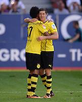Fussball  1. Bundesliga  Saison 2013/2014    FC Augsburg - Borussia Dortmund      10.08.2013 JUBEL Dortmund; Dreifacher Torschuetze Pierre-Emerick Aubameyang (li) umarmt Robert Lewandowski nach seinem Tor zum 0-4