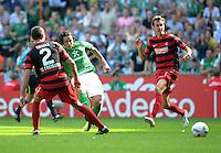 FUSSBALL   1. BUNDESLIGA   SAISON 2011/2012    3. SPIELTAG SV Werder Bremen - SC Freiburg                             20.08.2011 Claudio PIZARRO (Mitte, Bremen) erzielt das Tor zum 2:1. Pavel KRMAS (li) und Julian SCHUSTER (re, beide Freiburg) kommen zu spaet