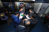 SPEEDSKATING: CALGARY: Olympic Oval, 25-02-2017, ISU World Sprint Championships, Kai Verbij, in gesprek met Japanse journalisten, ©photo Martin de Jong