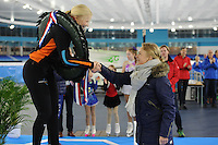 SCHAATSEN: HEERENVEEN: 05-02-2017, KPN NK Junioren, Junioren B, kampioene Rachelle van de Griek ontvangt haar prijs uit handen van Thijsje Oenema, ©foto Martin de Jong