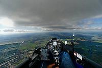 Blick aus einem Cockpit eines Segelflugzeugs: EUROPA, DEUTSCHLAND, SACHSEN, (EUROPE, GERMANY), 28.09.2013: Blick aus einem Cockpit eines Segelflugzeugs, Flug entlang des Luftraum Hannover