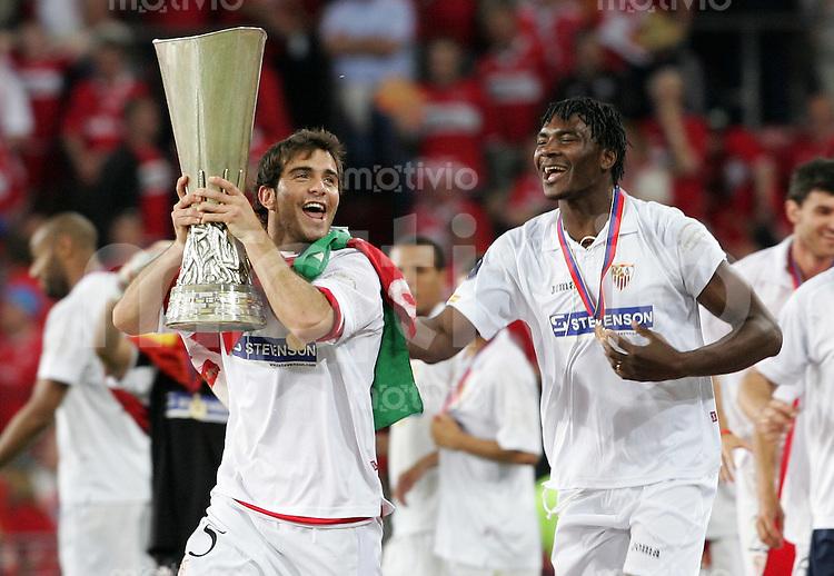 Fussball International  UEFA-Cup Finale  Saison 2005/2006 FC Middlesbrough - FC Sevilla 4:0        Jubel mit Pokal: Enzo MARESCA (li) und Aziza MAKUKULA (re, beide Sevilla)