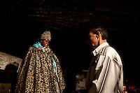 Francia, Camargue, Saintes Maries de la mer: la festa gitana in onore di Santa Sara la Nera, che si tiene ogni anno il 24 e 25 maggio. Il rituale prevede il trasporto della statua della santa dal mare alla terraferma e poi festeggiamenti con canti e balli. Nell'immagine: un uomo di fronte alla statua della santa.<br /> Feast of the Gypsies, May 25 veneration of Saint Sarah the black Saintes Maries de la Mer, Camargue,