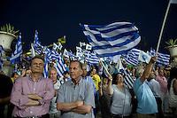 Elezioni in Grecia. Atene, manifestazione conclusiva di Nea Democratia in Piazza Sintagma 15 giugno 2012. Manifestanti di mezza età con le bandiere.