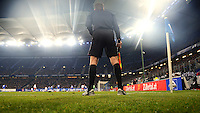 FUSSBALL   1. BUNDESLIGA    SAISON 2012/2013    14. Spieltag   Hamburger SV - FC Schalke 04                               27.11.2012 Linienrichter beobachtet eine Strafraumsituation