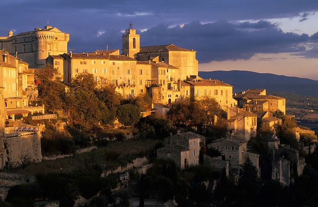 Vaucluse, France. Le village de Gordes au coucher du soleil *** Gordes village at sunset. France, Vaucluse.