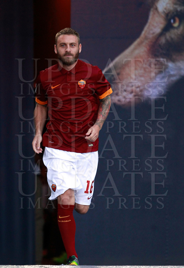 Calcio, amichevole Roma vs Fenerbahce. Roma, stadio Olimpico, 19 agosto 2014.<br /> Roma midfielder Daniele De Rossi arrives for the team's presentation, prior to the friendly match between AS Roma and Fenerbahce at Rome's Olympic stadium, 19 August 2014.<br /> UPDATE IMAGES PRESS/Isabella Bonotto