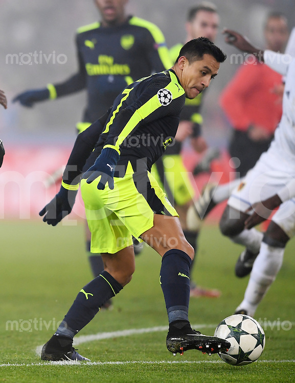 FUSSBALL CHAMPIONS LEAGUE SAISON 2016/2017 GRUPPENPHASE FC Basel - Arsenal London            06.12.2016 Alexis Sanchez (Arsenal) am Ball