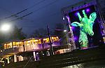 Foto: VidiPhoto<br /> <br /> ARNHEM - Medewerkers van een evenementenbureau leggen woensdag in Burgers' Zoo in Arnhem de laatste hand aan een lichtspektakel, dat vrijdag officieel van start gaat. Na het succes van China Light vorig jaar februari organiseert de Arnhemse dierentuin dit jaar Burgers&rsquo; Light. Van 5 tot en met 28 februari staat Burgers' in het teken van tientallen groepen lichtfiguren op een centrale route door de Bush, Desert en Ocean. Het park blijft in die periode tot 20.00 uur geopend. China Light met zo'n 100 verschillende lichtfiguren trok vorig jaar duizenden bezoekers extra. Burgers' Zoo hoopt dit jaar of een soortgelijke effect.