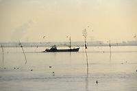 Europe/Pays-Bas/Hollande/Yerseke : Le port myticole de Yerseke - Les drageurs partent pour la pêche aux moules