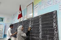23 ottobre 2011 Tunisi, elezioni libere per l'Assemblea Costituente, le prime della Primavera araba: scrutinio in un seggio elettorale. Due osservatori nazionali scrivono la conta dei voti alla lavagna.<br /> premieres elections libres en Tunisie octobre <br /> tunisian elections
