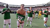 Fussball 1. Bundesliga   Saison  2012/2013   34. Spieltag   1. FC Nuernberg - SV Werder Bremen       18.05.2013 Assani Lukimya, Nils Petersen, Johannes Wurtz und Zlatko Junuzovic (v.li., alle SV Werder Bremen) mit Dank an die mitgereisten Werder Fans