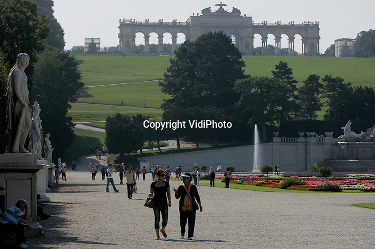 Foto: VidiPhoto.WENEN - Slot Schönbrunn in Wenen trekt ieder jaar meer dan een miljoen bezoekers. Het huidige uiterlijk kreeg het slot onder Maria Theresia. De pronkzalen zijn in rococostijl uitgevoerd. Op het hoogste punt van het slotpark is de Gloriette (foto), een overwinningsmonument, gebouwd. De meeste bekendheid kreeg het kasteel als onderkomen van keizer Franz Jozef II en zijn vrouw keizerin Elisabeth (Sissi). Mozart hield op zesjarige leeftijd in het slot zijn eerste concert.
