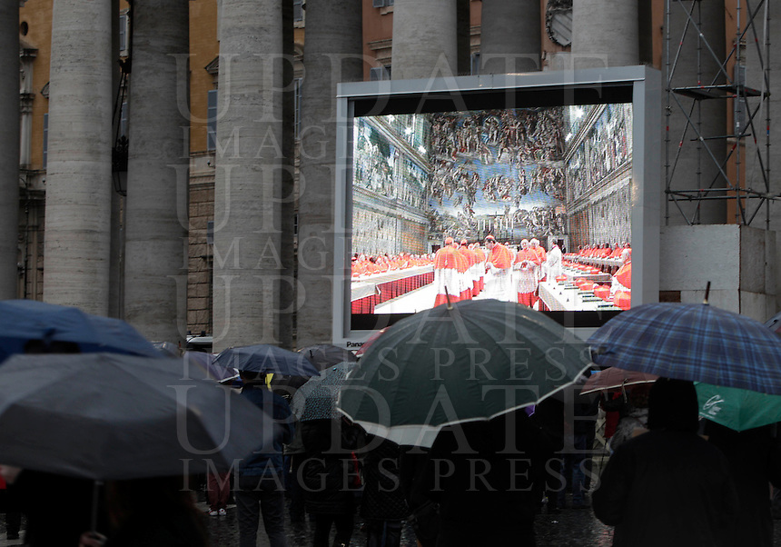 Fedeli assistono all'apertura del Conclave per l'elezione del nuovo Papa della Chiesa Cattolica Romana sui maxischermi allestiti in Piazza San Pietro, Citta' del Vaticano, 12 marzo 2013. .Faithful watch the opening of the Conclave for the election of the new Pope of the Roman Catholic Church, on giant screens set in St. Peter's square at the Vatican, 12 March 2013..UPDATE IMAGES PRESS/Riccardo De Luca STRICTLY FOR EDITORIAL USE ONLY - STRICTLY FOR EDITORIAL USE ONLY