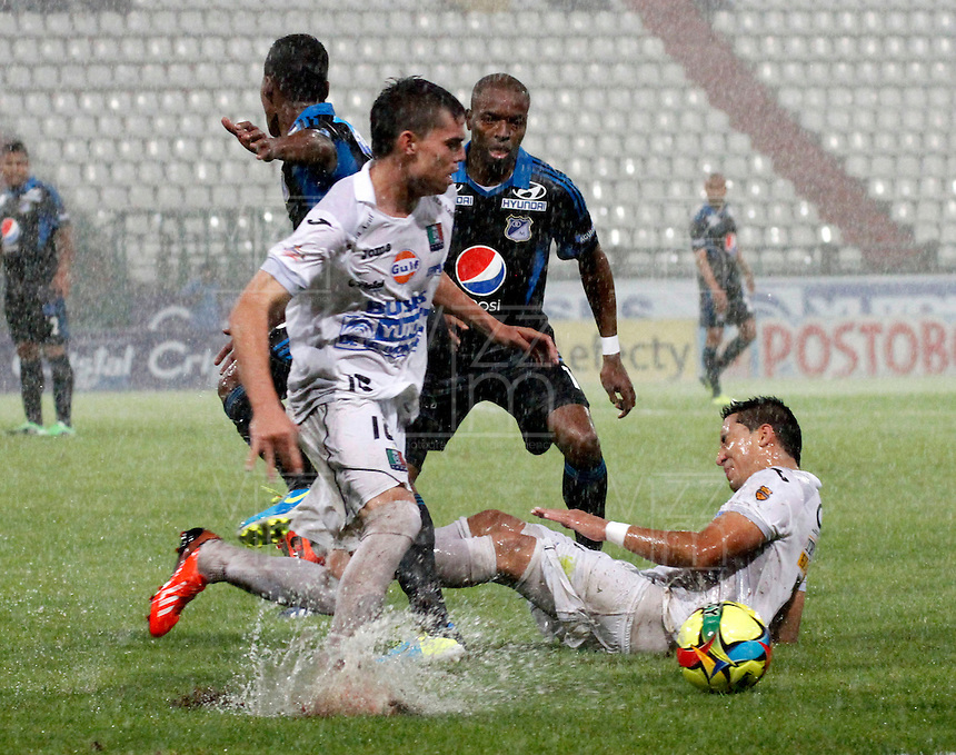 MANIZALES -COLOMBIA- 27 -11--2013. Suspendido por lluvia  el partido entre Once Caldas 2 y Millonarios 1,cuadrangulares finales de la Liga Postobon jugado en el estadio Palogrande    /  rained the match between Millonarios and Once Caldas 2 1 League final runs Postobon played in the stadium Palogrande  .Photo: VizzorImage / Santiago Osorio / Stringer