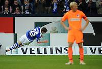 FUSSBALL   1. BUNDESLIGA   SAISON 2011/2012    11. SPIELTAG FC Schalke 04 - 1899 Hoffenheim                            29.10.2011 Torschuetze Klass-Jan HUNTELAAR (li, Schalke) jubelt recht unkonventionell. Andreas BECK (re, Hoffenheim) wendet sich enttaeuscht ab