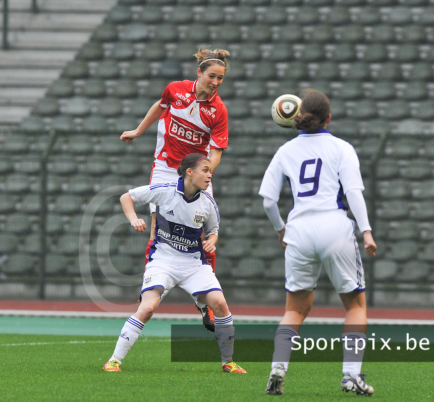 RSC Anderlecht Dames - Standard Femina de Liege : Imke Courtois klimt hoger dan Anaelle Wiard.foto DAVID CATRY / Vrouwenteam.be