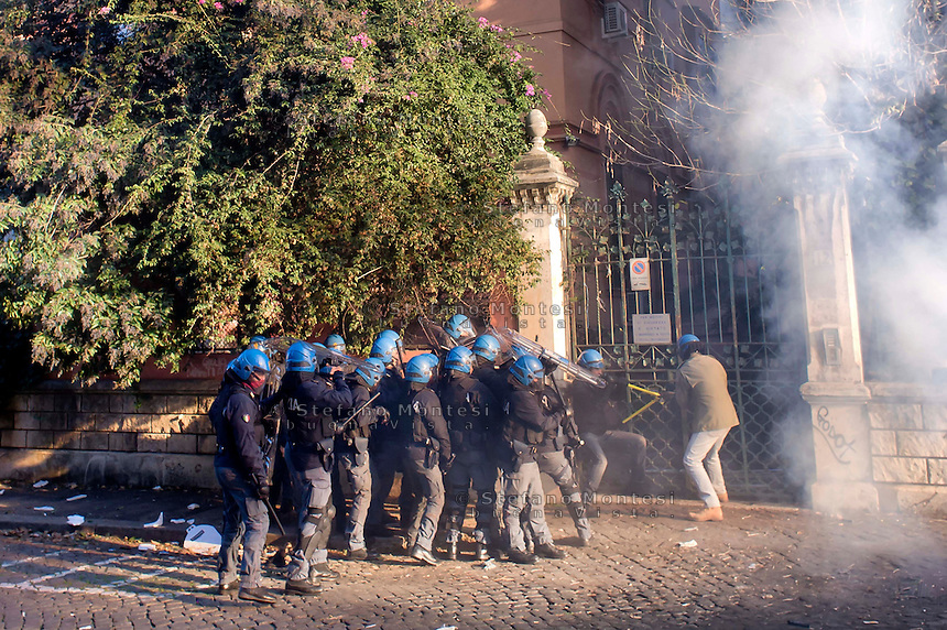 Roma, 12 Dicembre  2014<br /> Sgomberato dalla polizia un edificio appena occupato dai movimenti di lotta per la casa in via Cesalpino. Lo spazio occupato  &egrave; un &ldquo;bene&rdquo; sequestrato alla 'ndrangheta  della  cosca di San Luca. La polizia entra nell'edificio occupato.<br /> Rome, December 12, 2014<br /> Vacated by police a building occupied by the movements of struggle for the house in via Cesalpino. The space occupied had been seized at the 'Ndrangheta clan of San Luca.The police enter the building occupied.