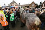 Foto: VidiPhoto<br /> <br /> HEDEL - De bekende paardenmarkt in Hedel in de Bommelerwaard had maandag te maken met een absoluut dieptepunt in de historie. Er werden slechts 1136 paarden en pony's aangevoerd, de helft van wat er normaal gesproken staat. Marktmeester Van den Anker sprak van een &quot;bizar laag aantal.&quot; De oorzaak is volgens hem dat er minder paarden gefokt worden. Gevolg is wel meer handel en iets hogere prijzen. Daarnaast constateerden dierenartsen en controleurs van de Nederlandse Voedsel- en Waren Autoriteit (NVWA) en Eyes on Animals een agressieve sfeer onder de handelaren. Om die reden besloot de organisatie enkele paarden met gecoupeerde staarten niet te verwijderen. De drie grootste paardenmarkten van ons land, Els, Hedel en Zuid-Laren, hebben enkele jaren geleden besloten paarden met afgesneden staarten niet meer toe te laten. Op verzoek van Eyes on Animals en NVWA wilde de marktorganisatie deze paarden maandag in Hedel te verwijderen. Handelaren weigerden echter op te stappen. Om escalatie te voorkomen werd er verder niet ingegrepen. Foto: Opstootje met Eyes for Animals, marktorganisatie en paardenhandelaar over gecoupeerde staart trekpaard.