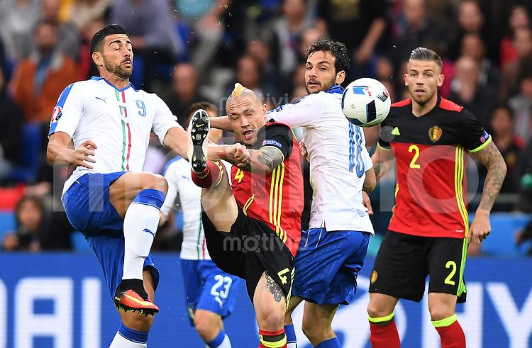 FUSSBALL EURO 2016 GRUPPE E IN LYON Belgien - Italien          13.06.2016 Graziano Pelle (li) und Marco Parolo (re, beide Italien) gegen Radja Nainggolan (Mitte, Belgien)