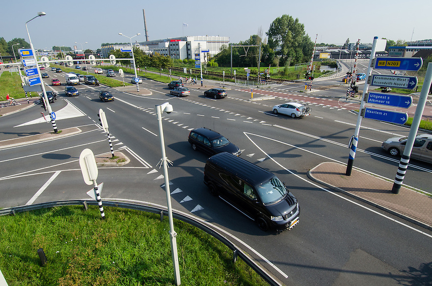 Nederland, Zaanstad, 4 sept 2014<br /> Verkeerssituaties bij Krommenie en Assendelft.<br /> N203 spoorwegovergang tussen Krommenie en Assendelft<br /> Foto: (c) Michiel Wijnbergh