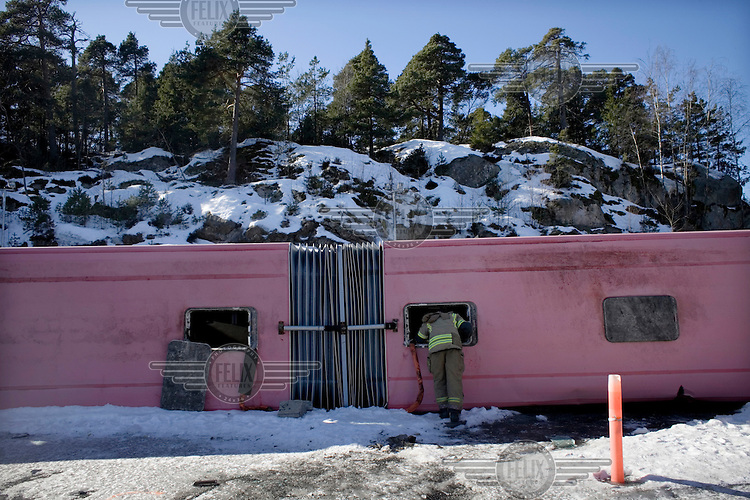 Håkon Abrahamsen (rød jakke) i Norsk Luftambulanse tester å fly med drone under en øvelse ved brannstasjonen i Moss. Foto: Adrian Øhrn Johansen /Felix Features