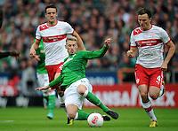 FUSSBALL   1. BUNDESLIGA   SAISON 2012/2013   4. SPIELTAG SV Werder Bremen - VfB Stuttgart                         23.09.2012        Aaron Hunt (vorn, SV Werder Bremen) gegen Christian Gentner und William Kvist (v.l., beide VfB Stuttgart)