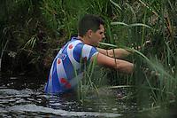 FIERLJEPPEN: JOURE: 26-06-2013, Fierljepferiening De Legewalden, 1e Klas wedstrijd, Senioren Topklasse, Bart Helmholt (#97), ©foto Martin de Jong