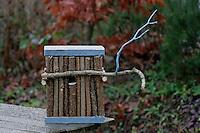 Kinder bauen Vogel-Nistkasten für Meisen, Vogelnistkasten, Nistkasten, fertiger Nistkasten mit Holzstäben aus Hastelnuss-Ästen