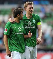 FUSSBALL   1. BUNDESLIGA   SAISON 2011/2012   TESTSPIEL SV Werder Bremen - FC Everton                 02.08.2011 Sokratis PAPASTATHOPOULOS (li) und Per MERTESACKER (re, beide Bremen) sind zur Halbzeit gut gelaunt.