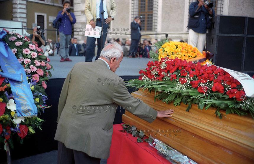 Roma Maggio 2003.Funerali in Piazza Farsene di Luigi Pintor fondatore del quotidiano Il Manifesto..Il saluto di Pietro Ingrao..