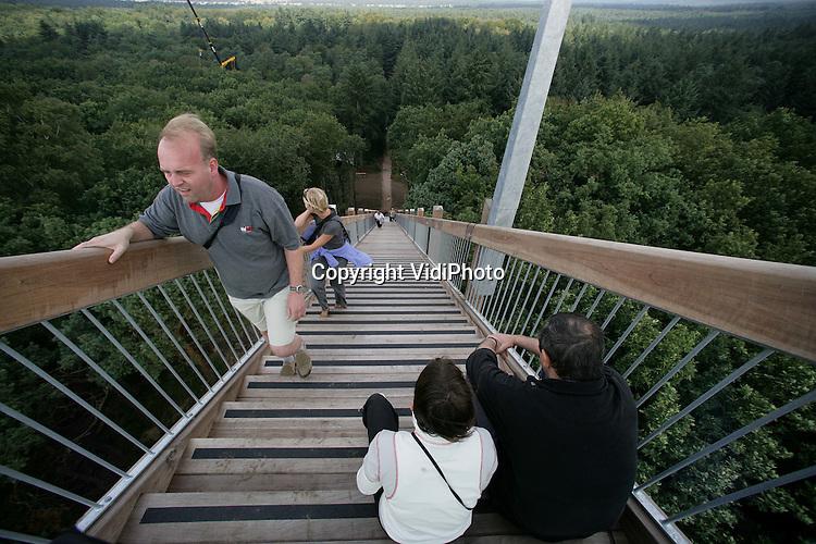 OTTERLO - Het kunstwerk Kijk Uit in het Kröller-Müller Museum in Otterlo blijft voorlopig nog gesloten voor publiek. Het kunstwerk bestaat uit een 80 meter hoge trap, die ver boven de boomtoppen uitstijgt. Net een maand na de opening, in mei vorig jaar, viel een scholier van de trap. Hij raakte gewond en de trap ging op slot. Museumdireceur Evert van Straaten heeft donderdag gezegd dat alle betrokkenen, inclusief kunstenaar Krijn Giezen, ruim de tijd willen nemen om te besluiten wat er met het kunstwerk gaat gebeuren.  Archieffoto: VidiPhoto