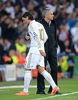 FUSSBALL   CHAMPIONS LEAGUE SAISON 2011/2012  HALBFINALE  RUECKSPIEL      Real Madrid - FC Bayern Muenchen           25.04.2012 Auswechslung: Mesut Oezil (li) und Trainer Jose Mourinho (re, beide Real Madrid)