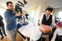 ALGEMEEN: LEMMER: 30-10-2013, Shave down Rintje Ritsma die gaat meedoen aan de actie Movember om aandacht te vragen voor prostaatkanker, meesterbarbier Jan Heideman, ©foto Martin de Jong