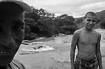 Comunidade Teixeirinha I, município de Itinga região do médio Jequitinhonha, Norte de Minas Gerais. Nessa região é possível encontrar dois tipos de biomas: caatinga e mata atlântica. A ASA Brasil, Articulação no Semiárido Brasileiro, tem implementado em diversas comunidades no Norte de Minas o Programa Uma Terra e Duas Águas (P1+2) e o Programa Um Milhão de Cisternas (P1MC) que tem como objetivo viabilizar a captação e armazenamento de água de chuva nessas comunidades para consumo humano, criação de animais e produção de alimentos. Entre os parceiros para implementação dos projetos tem destaque na região a Cáritas Diocesana de Araçuaí. Tolentino Alves Cardoso e seu neto Crisitiano Cardoso de Oliveira em seu tanque de pedra.