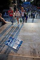 Elezioni in Grecia. Atene, manifestazione conclusiva di Nea Democratia in Piazza Sintagma 15 giugno 2012. Manifestanti e un manifesto con la pubblicità della manifestazione.