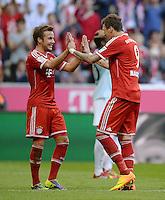 Fussball  1. Bundesliga  Saison 2013/2014  9. Spieltag FC Bayern Muenchen - 1. FSV Mainz     19.10.2013 JUBEL FC Bayern Muenchen; Mario Goetze (li) klatscht Torschuetze zum 3-1 Mario Mandzukic ab.