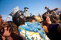 Francia, Camargue, Saintes Maries de la mer: la festa gitana in onore di Santa Sara la Nera, che si tiene ogni anno il 24 e 25 maggio. Il rituale prevede il trasporto della statua della santa dal mare alla terraferma e poi festeggiamenti con canti e balli. Nell'immagine: la processione dei fedeli sulla spiaggia. Acluni trasporta una copia della statua della santa.<br /> Feast of the Gypsies, May 25 veneration of Saint Sarah the black Saintes Maries de la Mer, Camargue,