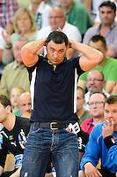 Trainer Patrick Cazal (DHB) verfolgt angespannt das Spiel von der Seitelinie