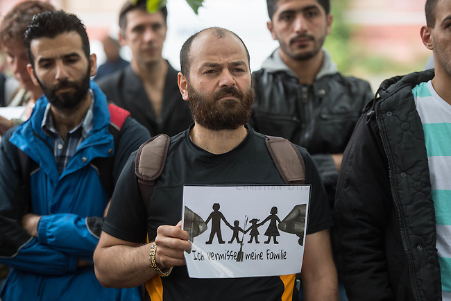 Mahnwache &bdquo;Ich vermisse meine Familie&ldquo; der Fluechtlingsinitiative &bdquo;people meet people - Respekt e.V.&ldquo; am Mittwoch den 3. August 2016 vor dem Auswaertigen Amt.<br /> Die Fluechtlingsinitiative aus dem brandenburgischen Bad Belzig und die Gefluechteten demonstrieren seit zehn Tagen stellvertretend fuer viele syrische Vaeter, Frauen und Kinder fuer Ihren Wunsch nach einer Verbesserung der Familienzusammenfuehrung. Manche der Gefleuchteten warten seit Jahren auf die Erlaubnis ihre Kinder, Ehemaenner oder Ehefrauen aus dem Kriegsgebiet in Syrien nach Deutschland holen zu duerfen.<br /> Die Gefluechteten versuchten ein Gespraech mit einem Verantwortlichen aus dem Auswaertigen Amt zu bekommen, wurden aber vertroestet. Zusaetzlich beklagen die Gefluechteten der Terminhandel in der Deutschen Botschaft in Beirut, wo bevorzugte Termine fuer eine Ausreise fuer bis zu 5.000,-&euro; gehandelt. Den Gefluechteten liegen dazu Unterlagen und Gespraechsmittschnitte vor.<br /> 3.8.2016, Berlin<br /> Copyright: Christian-Ditsch.de<br /> [Inhaltsveraendernde Manipulation des Fotos nur nach ausdruecklicher Genehmigung des Fotografen. Vereinbarungen ueber Abtretung von Persoenlichkeitsrechten/Model Release der abgebildeten Person/Personen liegen nicht vor. NO MODEL RELEASE! Nur fuer Redaktionelle Zwecke. Don't publish without copyright Christian-Ditsch.de, Veroeffentlichung nur mit Fotografennennung, sowie gegen Honorar, MwSt. und Beleg. Konto: I N G - D i B a, IBAN DE58500105175400192269, BIC INGDDEFFXXX, Kontakt: post@christian-ditsch.de<br /> Bei der Bearbeitung der Dateiinformationen darf die Urheberkennzeichnung in den EXIF- und  IPTC-Daten nicht entfernt werden, diese sind in digitalen Medien nach &sect;95c UrhG rechtlich geschuetzt. Der Urhebervermerk wird gemaess &sect;13 UrhG verlangt.]