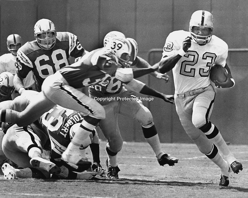 Oakland Raider Charlie Smith running against the San Diego Chargers Jim Hill, and #68 Bob Briggs. (1970 photo/Ron Riesterer)