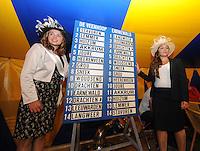 SKÛTSJESILEN: GROU: 17-07-2015, Traditionele loting voor de wedstrijden bij De Veenhoop en Earnewâld, Zeilkoningin en haar hofdame, ©foto Martin de Jong