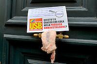 Roma 10 Settembre 2014<br /> Flash mob del sindacato USB Pubblico Impiego,  davanti al ministero  della Funzione Pubblica, i manifestanti hanno lasciato 30 chili di grasso animale, davanti all'ingresso del ministero , per protestare contro le dichiarazioni del Presidente del Consiglio Matteo Renzi che in un intervista dichiarava che nella pubblica amministrazione c'&egrave;  &quot;C'&egrave; troppo grasso che cola nella  pubblica amministrazione&quot;<br /> Rome September 10, 2014 <br /> Flash mob syndicate USB Public Employment, in front of the Ministry of Public Administration, the protesters left 30 pounds of animal fat, in front of the entrance to the Ministry, to protest against the statements of the President of the Council Matteo Renzi, who during  interview stated that  &quot;There is too much fat that drips into the  public administration &quot;
