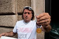 Roma 2 Ottobre 2010.Giuseppe Picone  ex agente della polizia penitenziaria,durante lo sciopero della fame in via XX Settembre per chiedere giustizia dopo essere stato congedato  dall'amministrazione penitenziaria a seguito di dichiarazione di inidoneità all'impiego. Mostra la medaglia d'oro conferita per merito di servizio