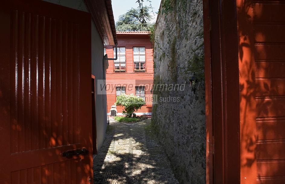 Europe/Turquie/Istanbul :  Yali résidence d'été en bois sur le Bosphore  de Salih Efendi, mèdecin du Sultan Mahmutt II - l'entrée de  la cour intérieure